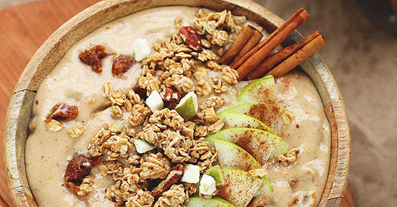 This Fancy Vegan Caramel Apple Crumble Smoothie Bowl Is *Everything* This Fall