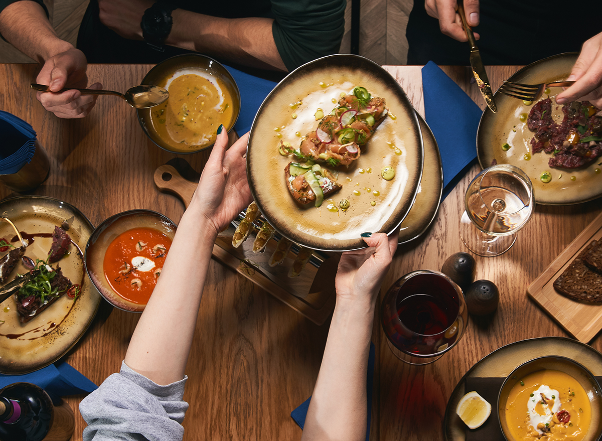 This Is the Best Time to Eat Dinner, According to RDs