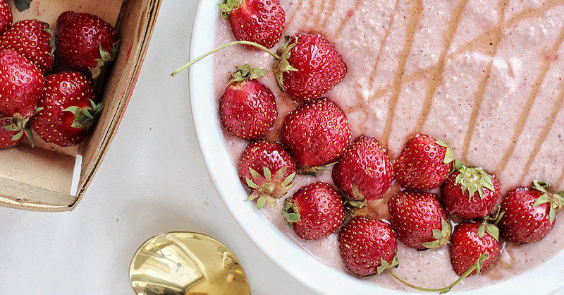 This Strawberry-Cauliflower Smoothie Bowl Is About to Be Your Next Breakfast Obsession