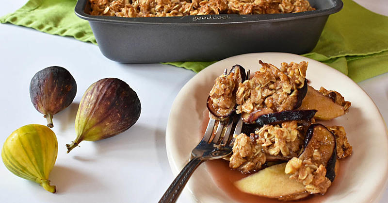 This Fig & Apple Oat Crumble Is the Perfect Fall Brunch Dish