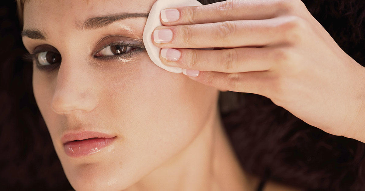 Try This 2-Ingredient DIY Eye Makeup Remover and Say Goodbye to Irritation