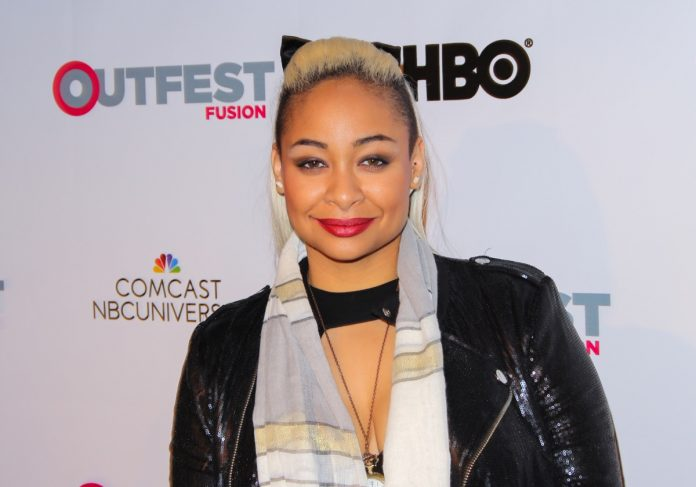 raven symone with blonde hair on red carpet